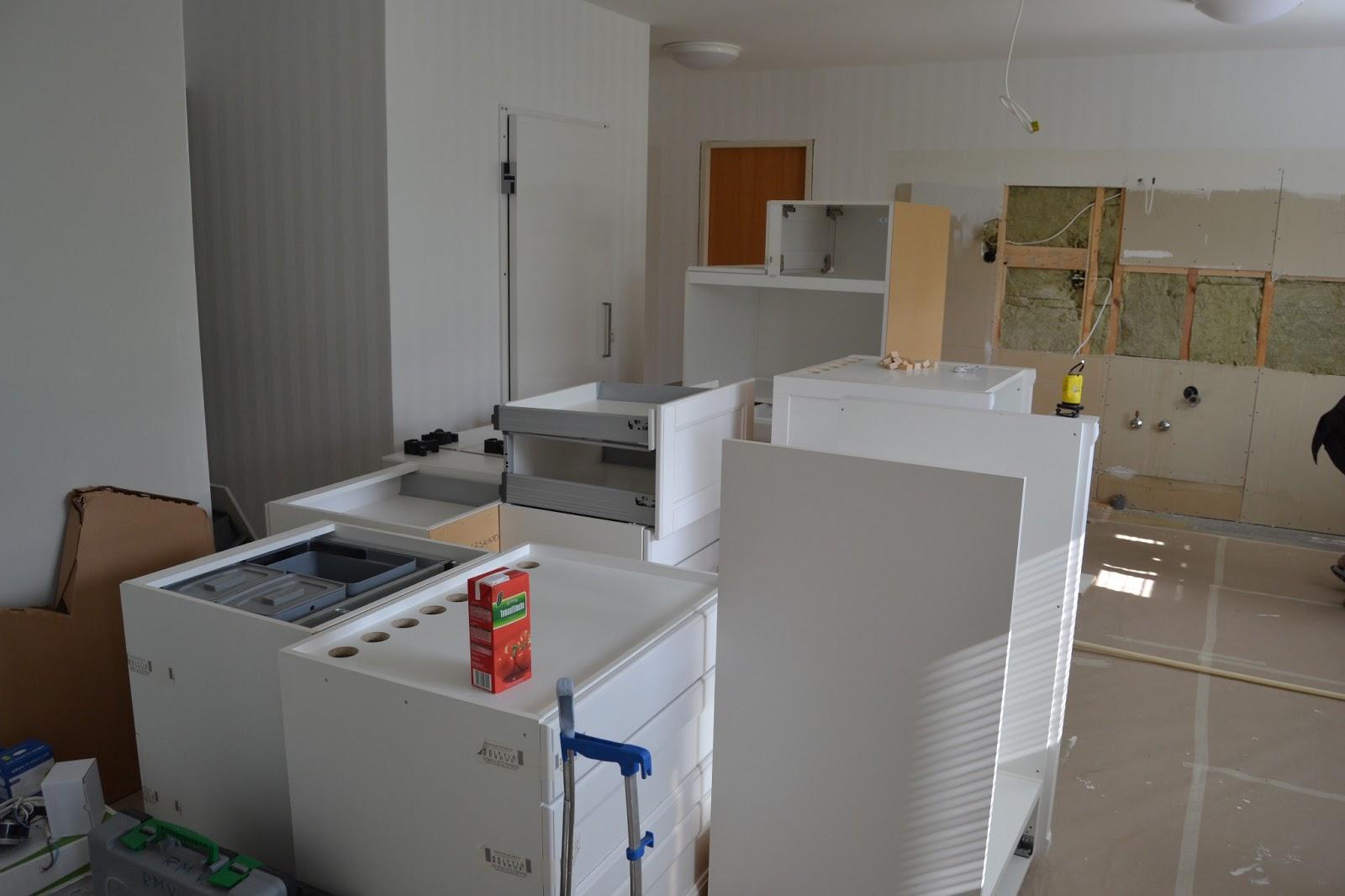 Keittiöremppa etenee.. – Our kitchen today..