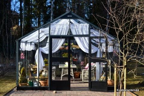 Fiilareissa kasvarissa ;O) – Enjoying spring in the greenhouse