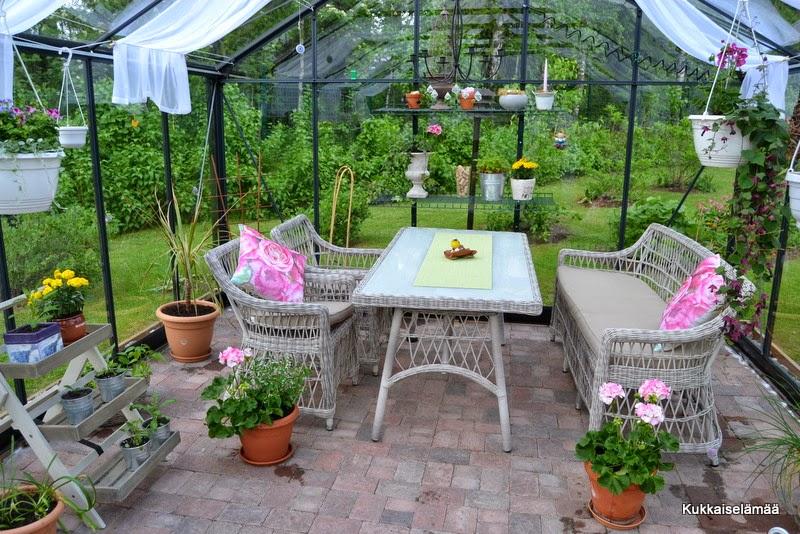 Kasvarissa – In the greenhouse