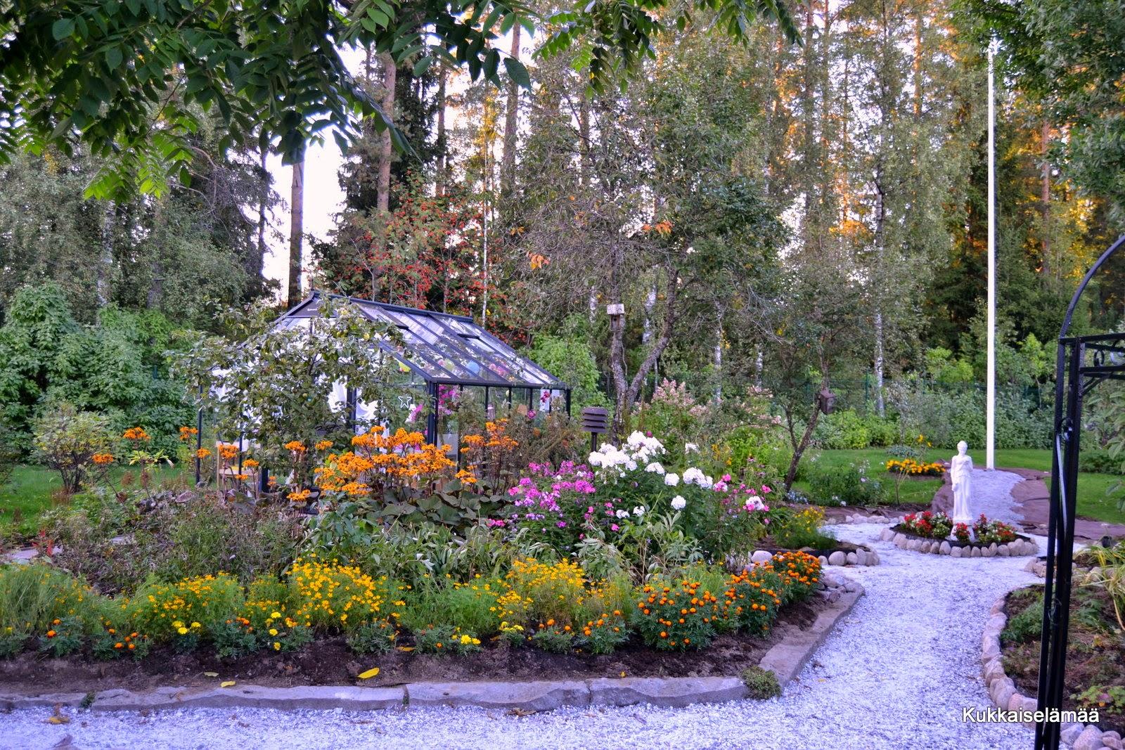 Patsaan pystytys ja huomenna ARVOTAAN! – Garden project