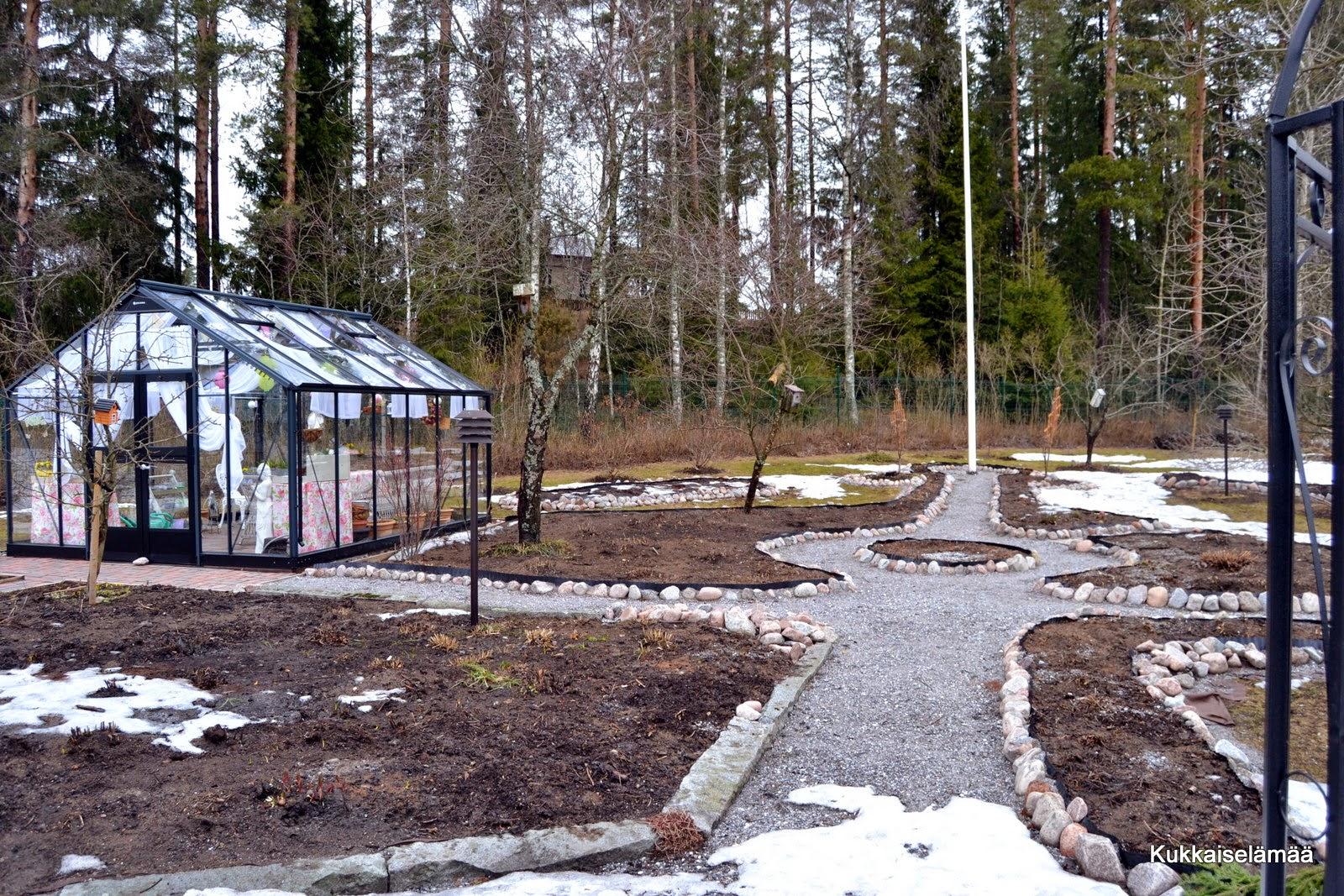 Puutarhaunelmia… ja  ARVONTOJA – Garden dreams