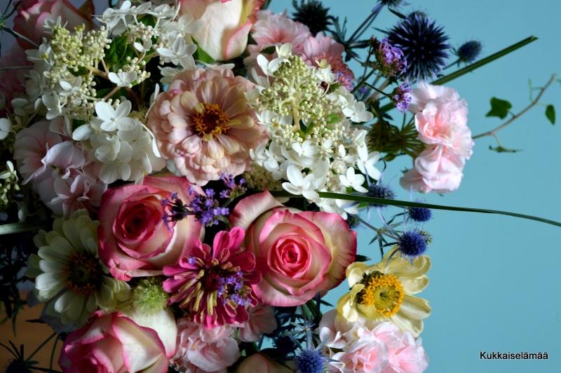 Kukkia sisällä ja ulkona – Flowers indoors and outdoors